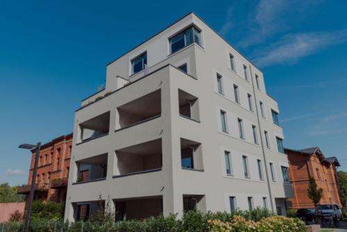 modern-white-townhouse-seen-in-berlin-P4VF6CP